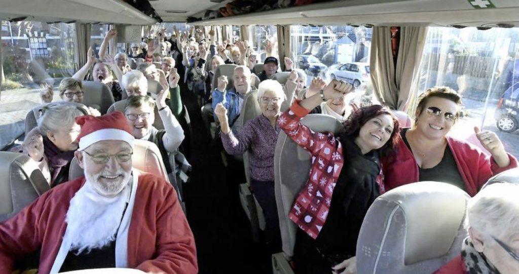 Gezelligheid in de bus (foto George Stoekenbroek)